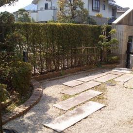 陽光眩しい庭